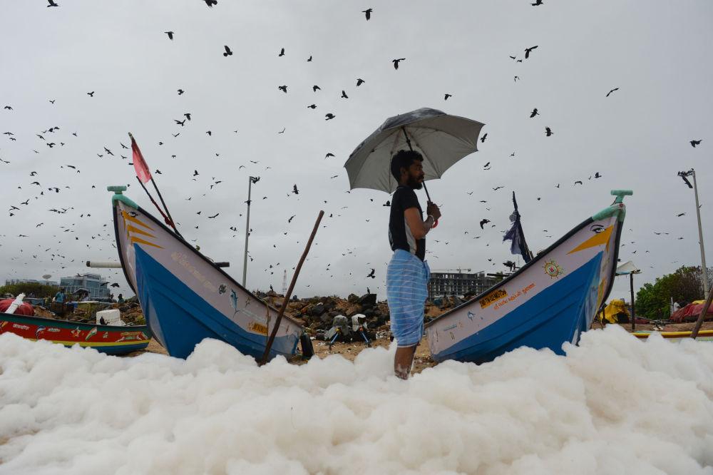 رغوة بيضاء سامة تغطي شواطئ مارينا في تشيناي، الهند 1 ديسمبر 2019