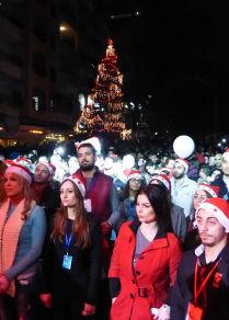 أمنيات السوريين تضيئ شجرة الميلاد في اللاذقية