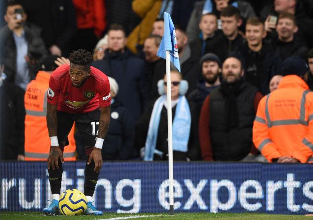 لحظة تعرض لاعب مانشستر يونايتد فريد لهتافات عنصرية
