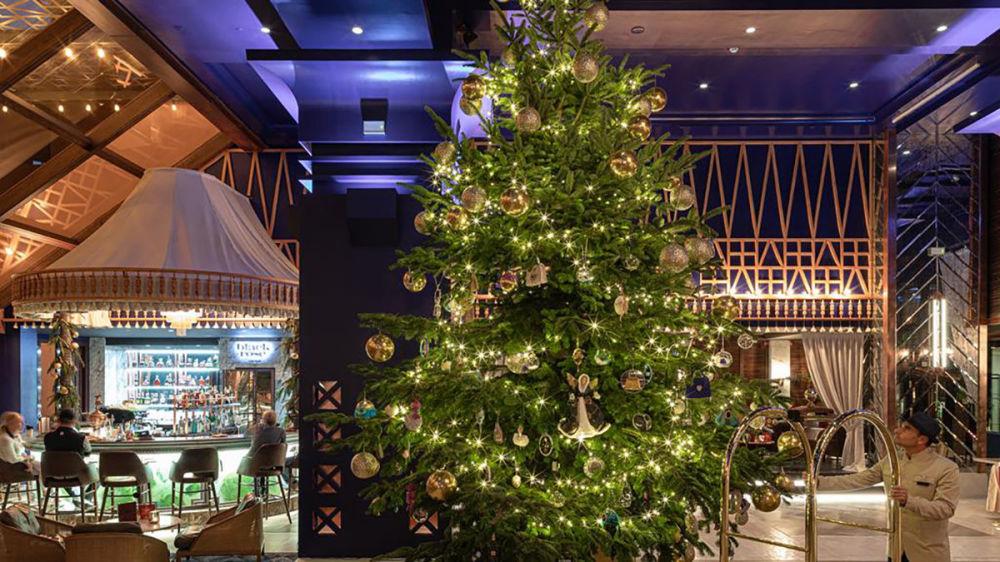 شجرة عيد الميلاد التي تبلغ قيمتها الإجمالية 11.9 مليون جنبه إسترليني في فندق كيمبينسكي أوتيل باهيا، إسبانيا 2019