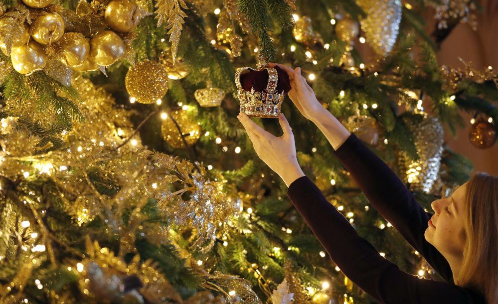 شجرة عيد الميلاد زينتها من الذهب في قلعة وندسور، إنجلترا 2018