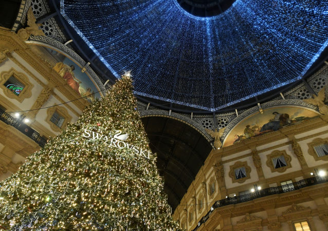 شجرة عيد الميلاد مزينة بكريستال سواروفسكي في متجر غاليريا فيتوريو إيمانويل الثاني في ميلانو، إيطاليا 2019