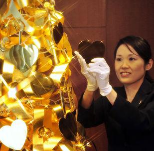 شجرة عيد الميلاد الذهبية في متجر للمجوهرات تاناكا كيكينزوكو (Tanaka Kikinzoku)، بسعر 1.95 مليون دولار في طوكيو، اليابان 2011