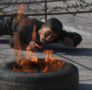طلاب أكاديمية الشرطة في دمشق خلال تدريبات اجتياز العقبات