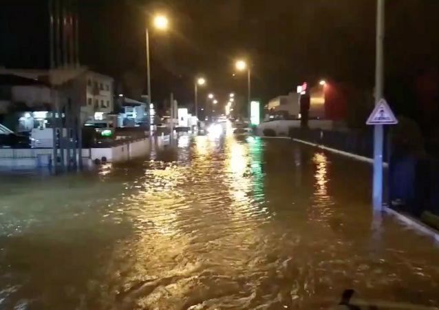 شارع غمرته المياه بفعل العاصفة إلسا في تروفا في بورتو، 21 ديسمبر/ كانون الأول 2019
