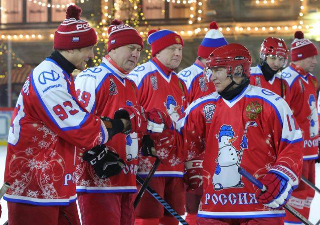الرئيس الروسي فلاديمير بوتين يشارك في مباراة هوكي في الساحة الحمراء
