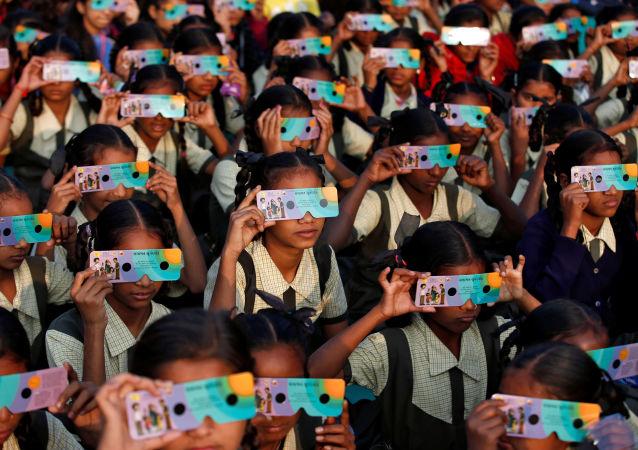 أطفال يشاهدون كسوف الشمس الحلقي النادر في أحمد آباد، الهند 26 ديسمبر 2019