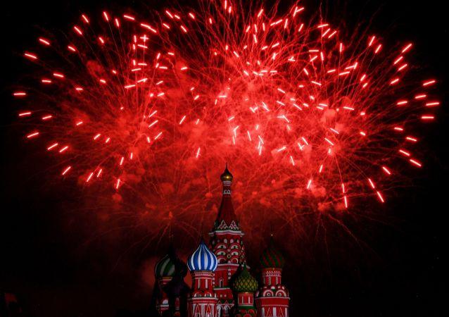 ألعاب نارية أثناء افتتاح المهرجان الدولي الثاني عشر للموسيقى العسكرية برج سباسكايا في الساحة الحمراء في موسكو، روسيا 23 أغسطس 2019