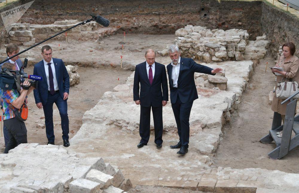 الرئيس الروسي فلاديمير بوتين ومدير معهد الآثار الأكاديمي (ار أ ان) الروسي نيكولاي ماكاروف في الموقع الأثري في ساحة الكرملين الكبرى، 12 يونيو 2019