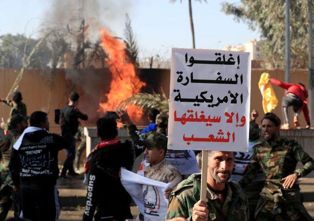 إحراق متظاهرين أماكن الحرس أمام السفارة الأمريكية في العراق