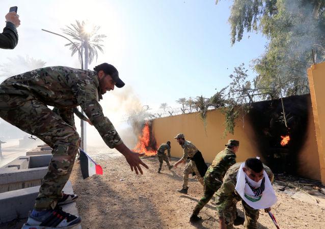 إحراق متظاهرين سور السفارة الأمريكية في العراق