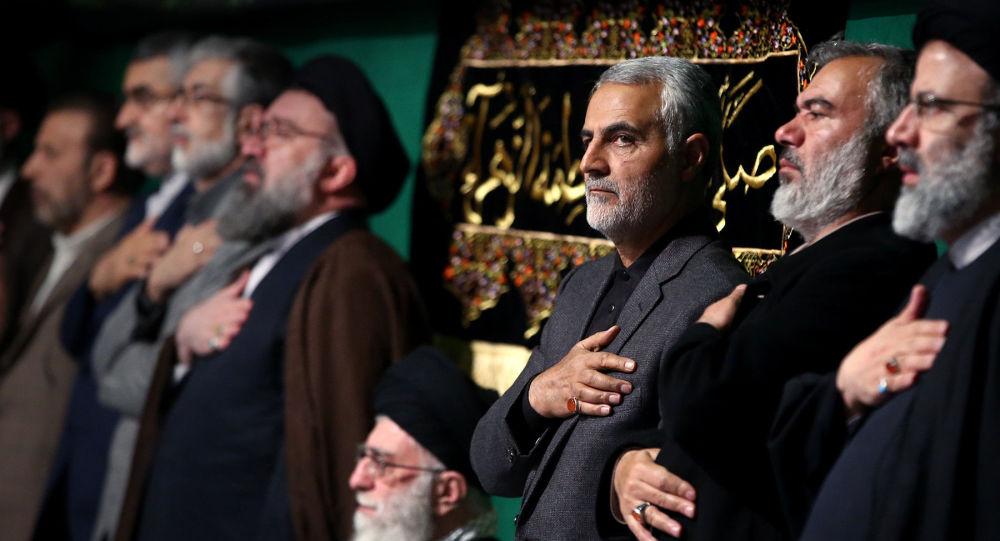قائد فيلق القدس قاسم سليماني مع المرشد الإيراني علي خامنئي وبعض القادة الإيرانيين