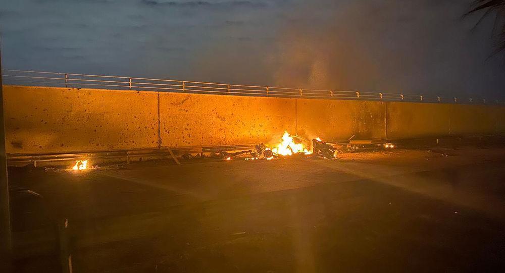 سيارة محترقة قرب مطار بغداد الدولي بعد غارة جوية قتلت الجنرال قاسم سليماني