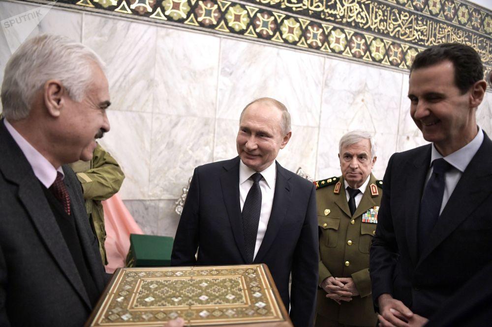 الرئيس فلاديمير بوتين يُهدي كتاب القرآن الكريم من القرن السابع عشر للمسجد الأموي في دمشق، 7 يناير 2020
