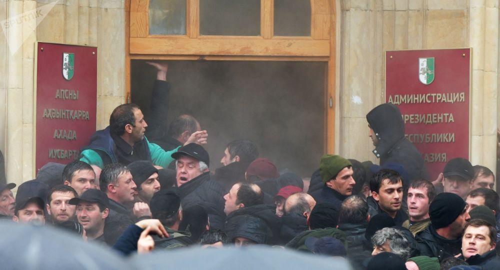 المحتجون الأبخاز يقتحمون مبنى إدارة الرئيس