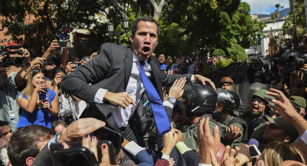 خوان غوايدو، الذ أعلن نفسه رئيساً مؤقتا للبلاد، في طريقه إلى الجمعية الوطنية في كاراكاس، فنزويلا 7 يناير 2020