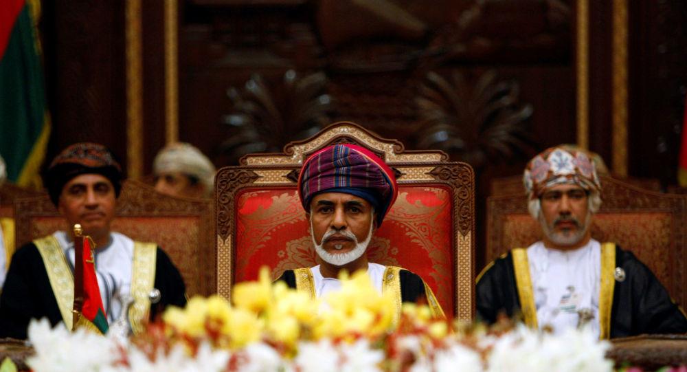 سلطان عمان، قابوس بن سعيد، خلال افتتاح قمة مجلس التعاون الخليجي في مسقط