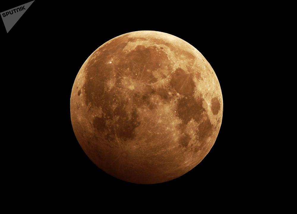 أول ظاهرة فلكية في عام 2020 - خسوف القمر في كراسنويارسك الروسية، 10 يناير 2020