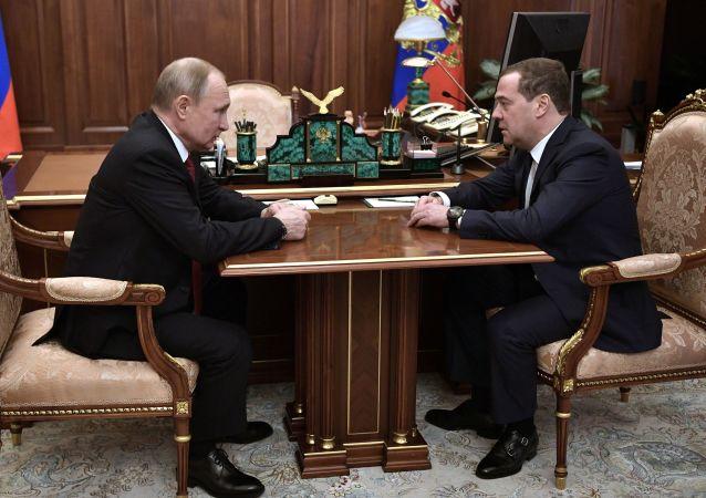 رئيس الحكومة الروسية دميتري ميدفيديف خلال لقائه مع الرئيس فلاديمير بوتين، 15 يناير 2019