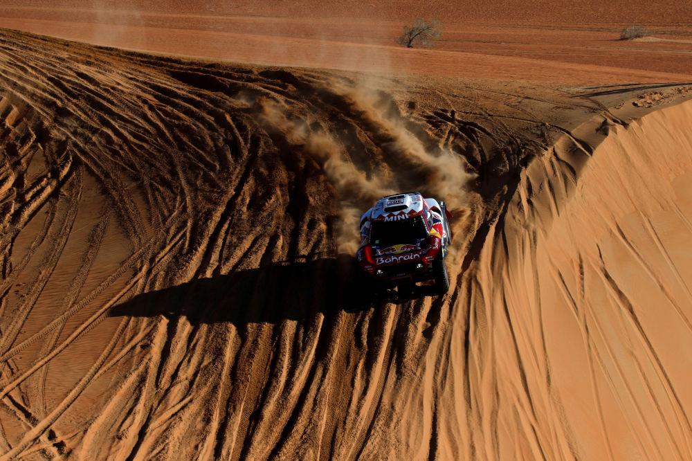 سباق رالي داكار 2020 - ستيفان بيترانسيل وباولو فيوزا من فريق البحرين  JCW X-Raid Team ، خلال المرحلة الحادية عشرة من السباق.