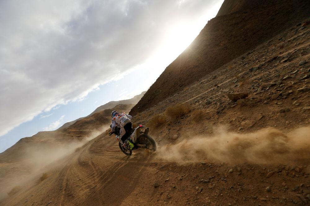 سباق رالي داكار 2020 - المتسابق الإيطالي ياكوب تشيروتي من فريق Solarys Racing في المرحلة الرابعة من السباق