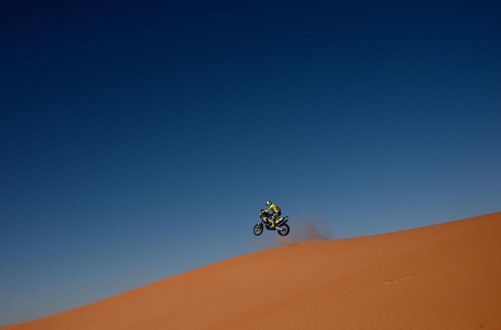 سباق رالي داكار 2020 - المتسابق الفرنسي مايكل ميتج يركب دراجة نارية من طراز Sherko في المرحلة السادسة من السباق