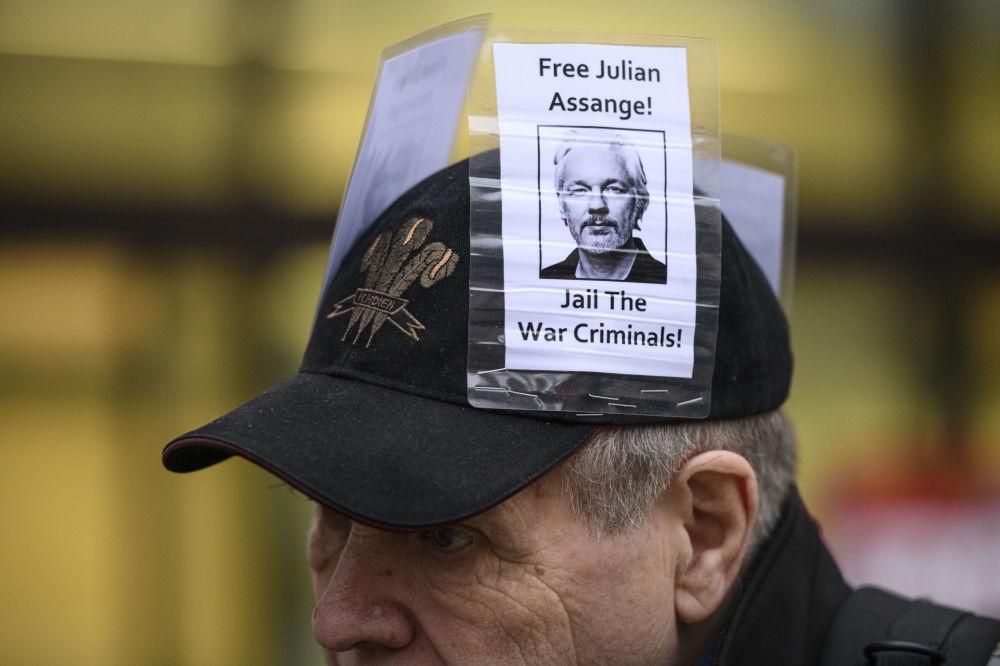 أحد المشاركين في مسيرة تضامنية مع المحتجز جوليان أسانج، مؤسس ويكيليكس، في لندن، 23 يناير 2020