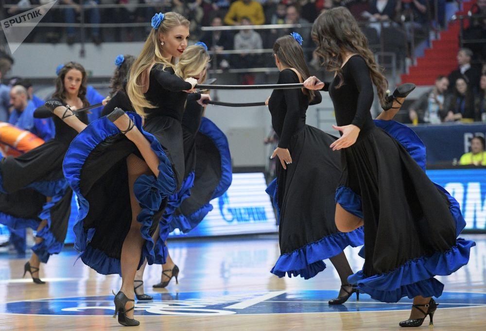فتيات من فرقة التشجيع خلال استراحة لمباراة زينيت - فالنسيا للموسم الدوري الأوروبي لكرة السلة للرجال 2019/2020، 17 يناير 2020