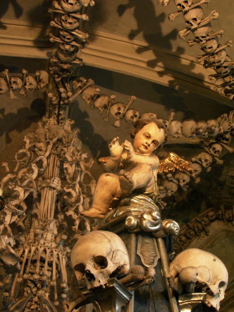 كنيسة جميع القديسين في جمهورية التشيك، المعروفة أيضًا باسم كنيسة العظام، يمنع فيها التصوير ردًا على السياحة المفرطة والسلوك السياحي السيء.