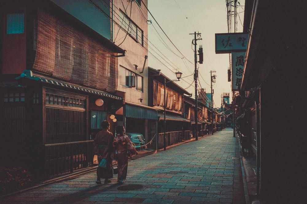 مقاطعة جيون في كيوتو، حيث تعمل فتيات الغيشا، اليابان - صوّت سكان هذا الحي التاريخي في كيوتو لحظر الصور. وهي منطقة تعتبر موطنا لكثير من فتيات الغيشا اللواتي أزعجهن سائحون مفاجئون.