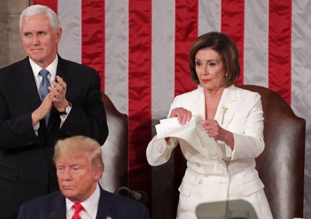 نانسي بيلوسي تمزق نسخة من خطاب ترامب بعد انتهاء خطاب حالة الاتحاد
