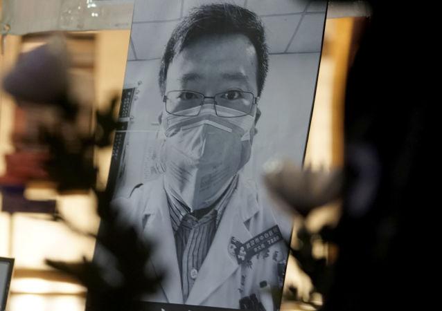 الطبيب الصيني لي وين ليانغ، أول من حذر من احتمالية تفشي فيروس كورونا الجديد