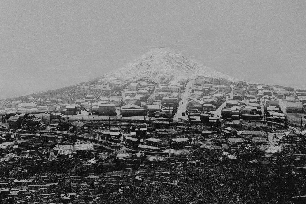 صورة بعنوان فوجيوشيدا، من سلسلة 2045 من قبل المصور الإسباني المحترف مارسن بلونكا، مُدرجة في القائمة القصيرة لجائزة سوني العالمية للتصوير 2020 في فئة الهندسة المعمارية