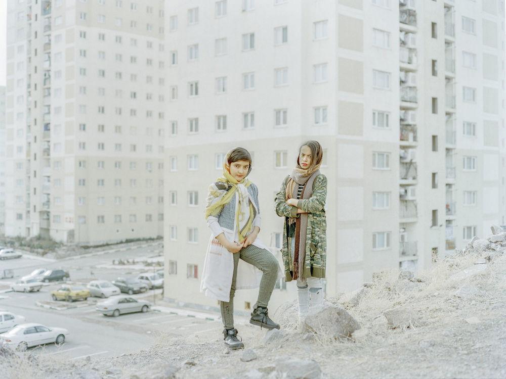 صورة بعنوان ألقي بها من السماء، من سلسلة ألقي بها من السماء من قبل المصور الإيراني المحترف هشام شقيري، مُدرجة في القائمة القصيرة لجائزة سوني العالمية للتصوير 2020 في فئة اكتشاف