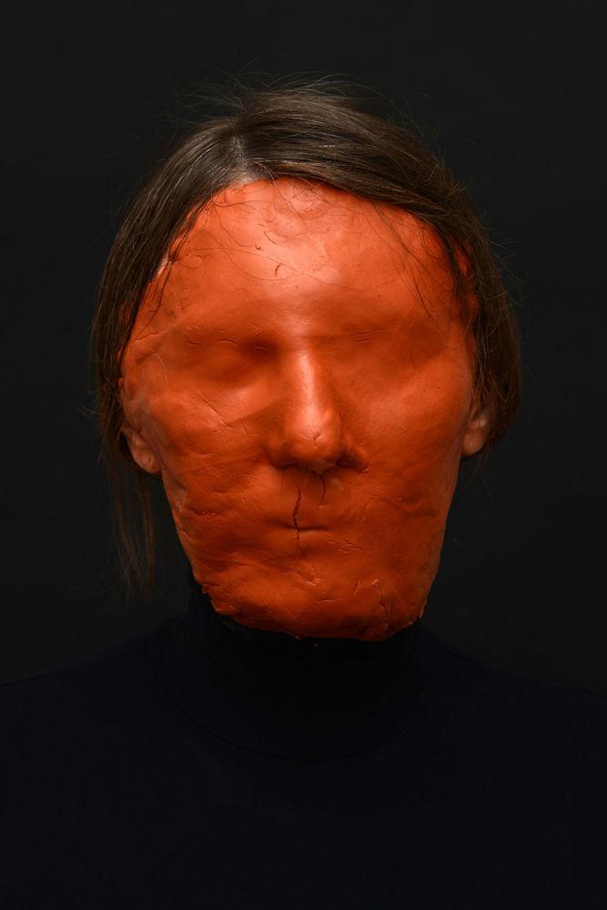صورة بعنوان بلا وجه، من سلسلة الكهف من قبل المصورة الروسية ماريا كوكونوفا، مُدرجة في القائمة القصيرة لجائزة سوني العالمية للتصوير 2020 في فئة اكتشاف