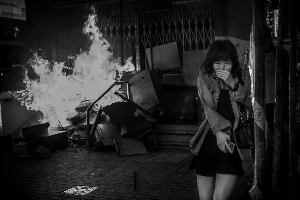 صورة بعنوان معركة على أرض الواقع هونغ كونغ010، من سلسلة هونغ كونغ010، للمصور الأمريكي ديفيد بوتو، مُدرجة في القائمة القصيرة لجائزة سوني العالمية للتصوير 2020 في فئة الوثائقية