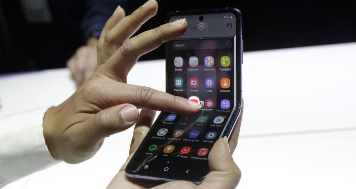 سامسونغ تطلق الجيل الثاني من هاتفها القابل للطي… فيديو