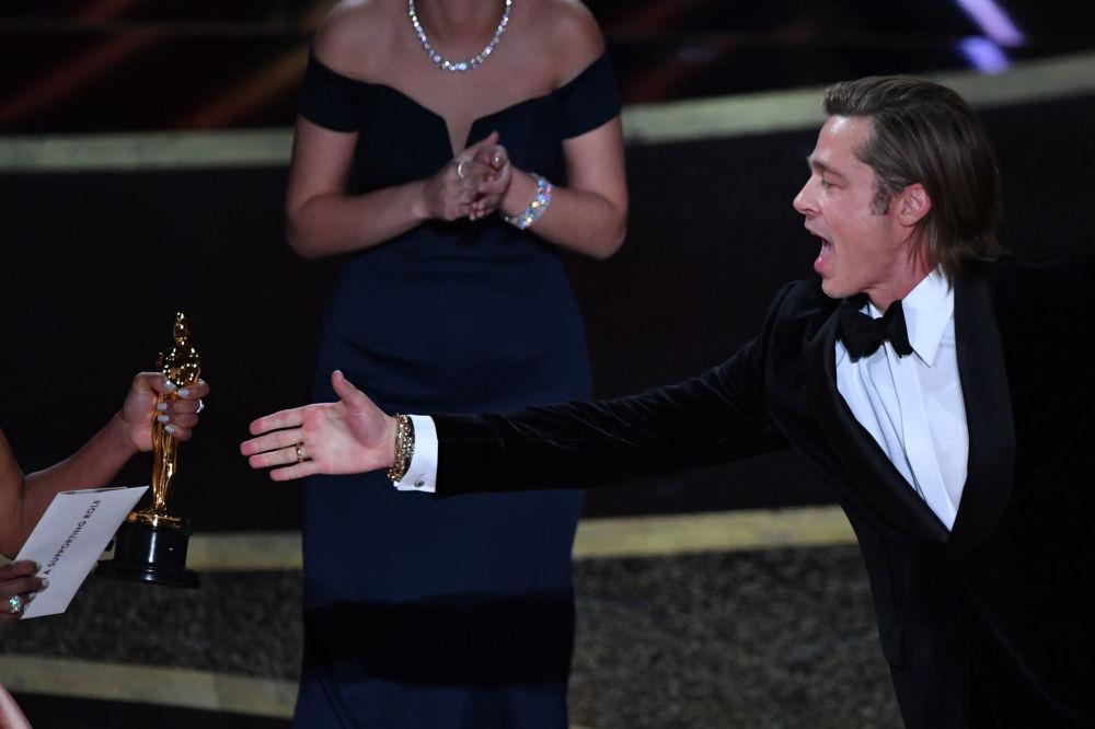 الممثل الأمريكي براد بيت خلال مراسم تسليم جائزة أوسكار أفضل ممثل مساعد عن فيلم Once Upon a Time in Hollywood، في هوليود، كاليفورنيا 9 فبراير 2020
