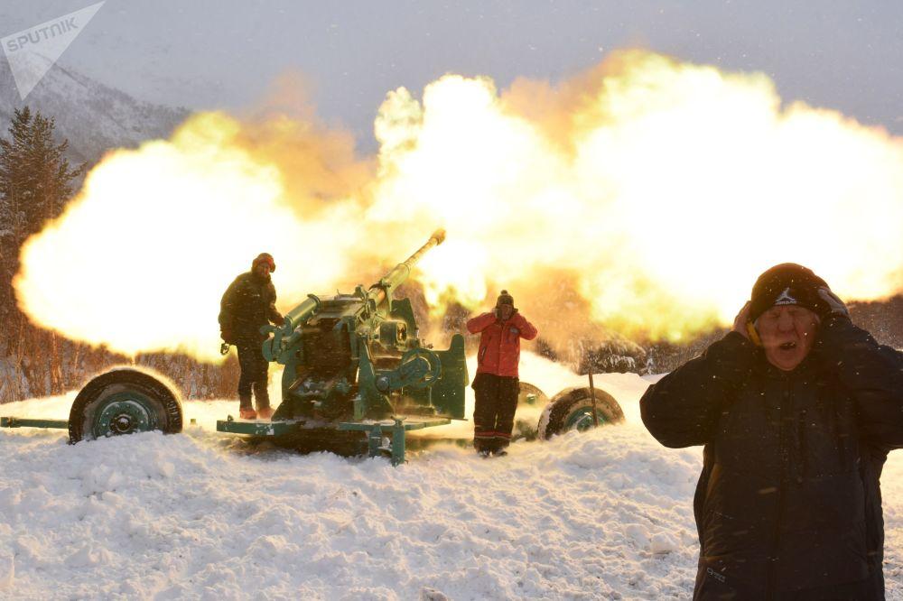 الخبراء القائمون على انهيار الثلوج في منطقة إلبروس الجبلية، شمال القوقاز 8 فبراير 2020