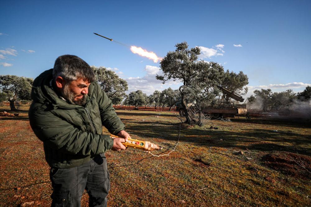 أحد عناصر المعارضة المسلحة يطلق صاروخا في ريف حلب، 10 فبراير 2020