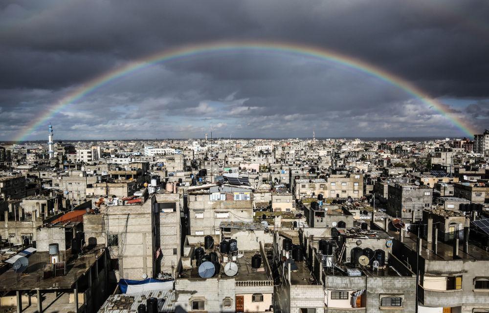 قوس قزح كبير يعلو مدينة رفح، قطاع غزة، فلسطين 10 فبراير 2020