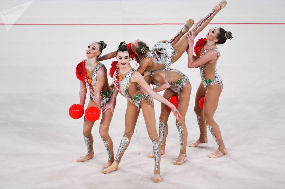 الفريق الوطني الروسي للجمباز الإيقاعي في مرحلة نهائي الجائزة الكبرى في موسكو، 9 فبراير 2020