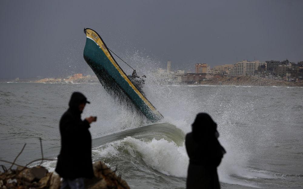 صيادون فلسطينيون في ميناء غزة، مدينة غزة، قطاع غزة، فلسطين 9 فبراير 2020
