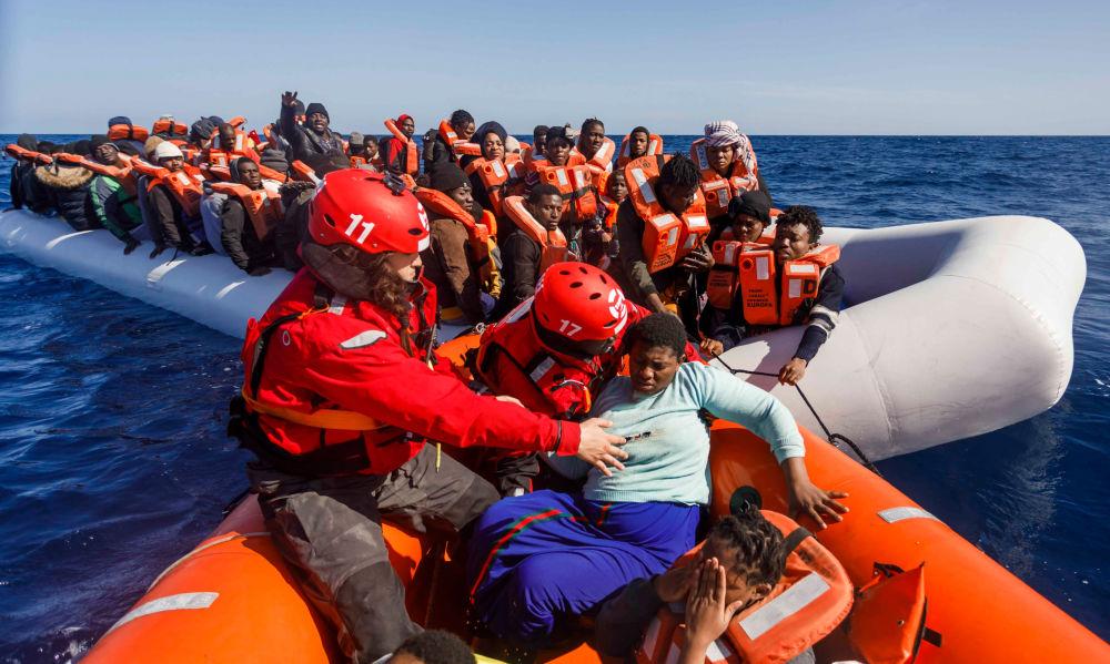 أعضاء من المنظمة غير الحكومية الإسبانية ماي دايترانيو (Maydayterraneo) أثناء إنقاذ حوالي 90 مهاجرًا في البحر الأبيض المتوسط قبالة ساحل ليبيا، 9 فبراير 2020