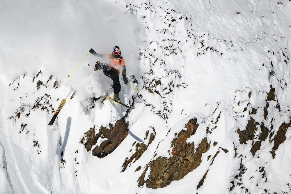 المتزلج الكندي لوغان بيخوتا، خلال المرحلة الثانية من مسابقة التزلج على الجليد بين الرجال فري رايد ورلد في المنتج الجبلي كيكينج هورس، كندا 7 فبراير 2020
