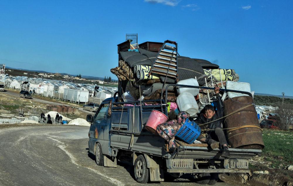 لاجئون سوريون يصلون إلى مخيم للنازحين بالقرب دير بلّوط، بالقرب من الحدود التركية، 9 فبراير 2020