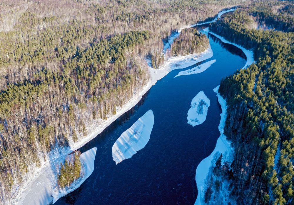منظر لنهر شويا في منطقة برياجينسكي في كاريليا الروسية، 7 فبراير 2020