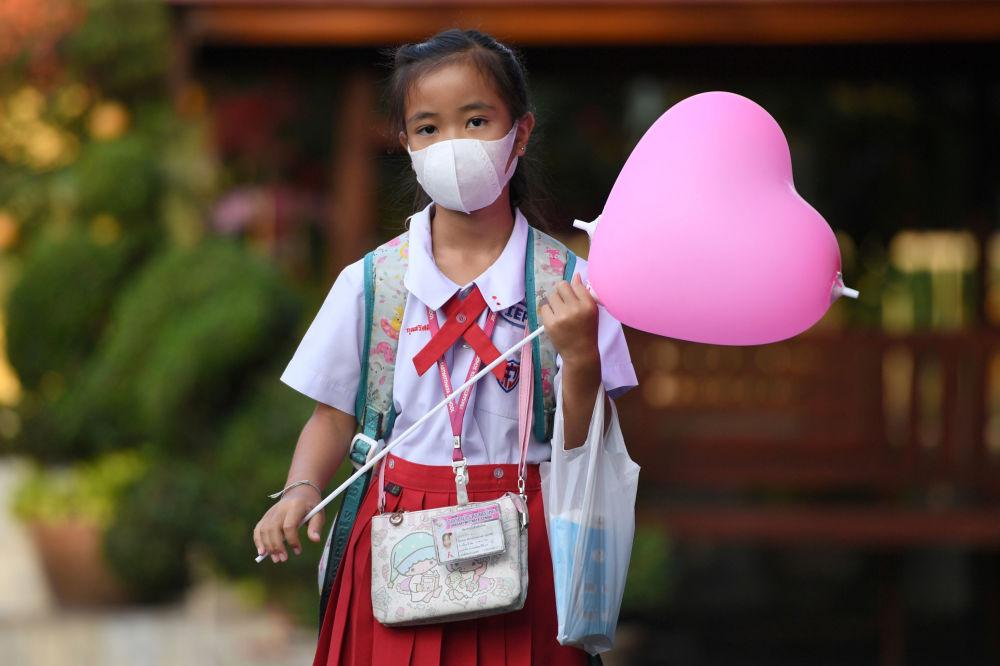 تلميذة ترتدي قناعا واقيا في مدرسة في أيوتخايا، خارج بانكوك، في يوم فالنتاين (عيد الحب)، تايلاند 14 فبراير 2020