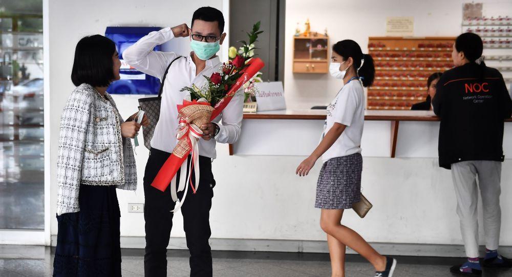 زوجان يرتديان أقنعة واقية في مركز لتسجيل الحالات المدنية في يوم فالنتاين (عيد الحب) في بانكوك، تايلاند 14 فبراير 2020