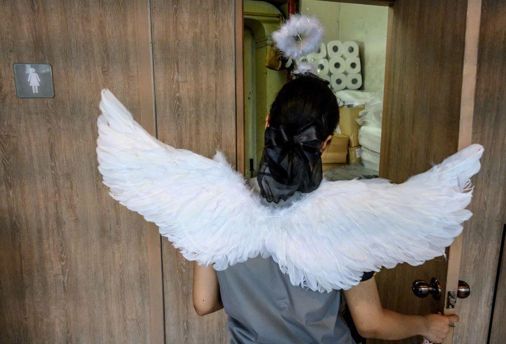 موظفة في مطعم وجبات سريعة ترتدي زيا بأجنحة بمناسبة يوم فالنتاين (عيد الحب) في بانكوك، تايلاند 14 فبراير 2020